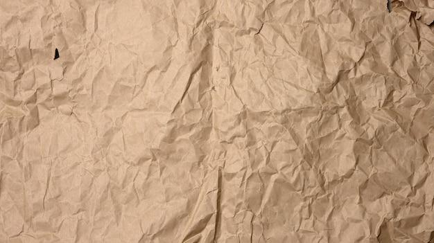 Zmięty pusty arkusz brązowego papieru pakowego do pakowania, vintage tekstury dla projektanta, pełna klatka, baner