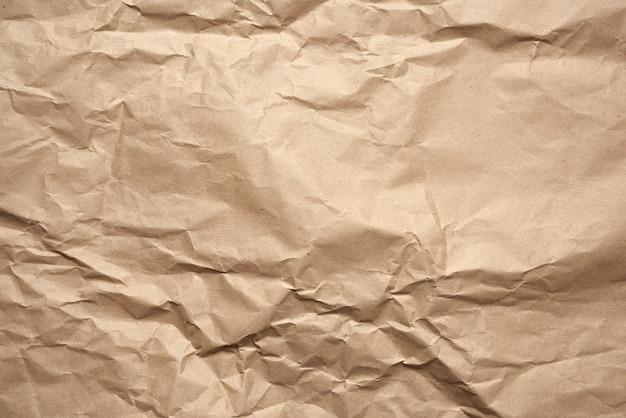 Zmięty pusty arkusz brązowego papieru pakowego pakowego