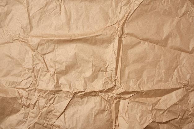 Zmięty pusty arkusz brązowego papieru pakowego