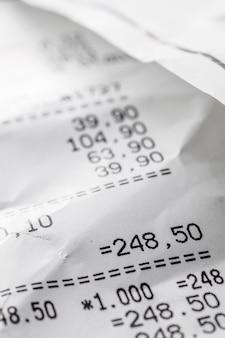 Zmięty rachunek z bliska