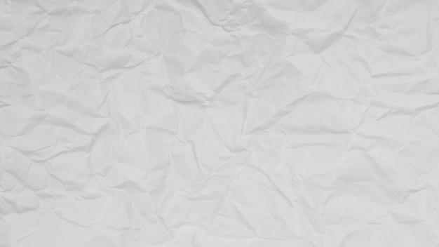 Zmięty z białego papieru