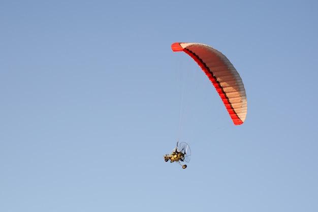 Zmotoryzowany paralotnia latające nad górami w letni dzień