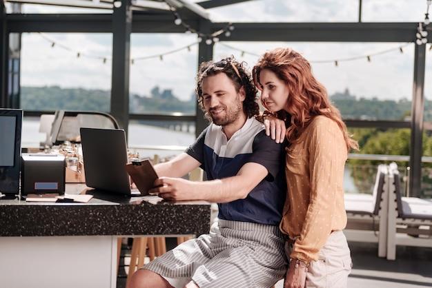 Zmotywowani biznesmeni. obiecujący bogaci biznesmeni czują się naprawdę zmotywowani do otwarcia nowej restauracji