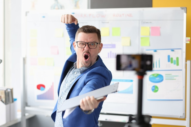 Zmotywowany emocjonalnie mężczyzna coach prowadzi szkolenia biznesowe online motywujące w biznesie, aby