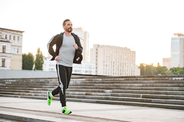 Zmotywowany sportowiec biegający na świeżym powietrzu