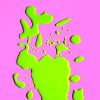 Zmyj zieloną farbę. minimalna koncepcja wizualna kreatywnych kolorów