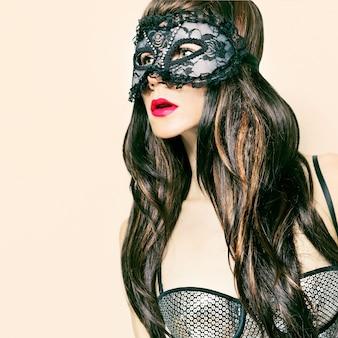Zmysłowa brunetka dama w fantazyjne maski. impreza karnawałowa