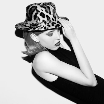 Zmysłowa dama z retro fryzurą i modnym kapeluszem. trend jesień.