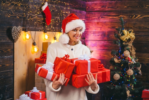 Zmysłowa dziewczyna na boże narodzenie. czas świąt. bawić się. prawdziwe emocje. zima kobieta ubrana w czerwony kapelusz świętego mikołaja. szczęśliwego nowego roku