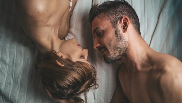 Zmysłowa i romantyczna młoda para w łóżku