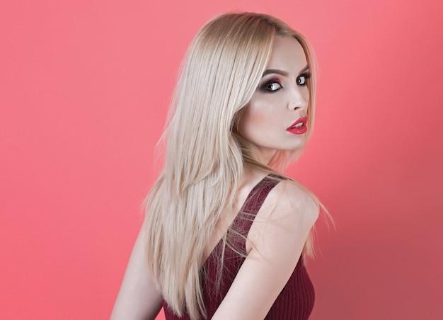 Zmysłowa kobieta dziewczyna lub piękna kobieta z blond włosy makijaż czerwone usta i czystą, zdrową skórę twarzy