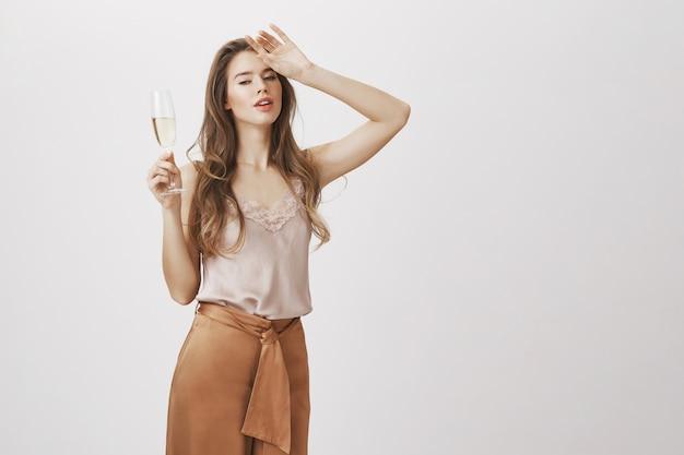 Zmysłowa kobieta glamour z szklanym szampanem