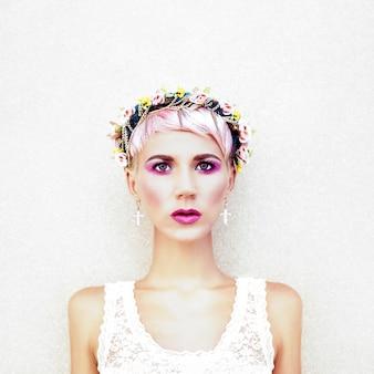 Zmysłowa moda dziewczyna z kwiatami we włosach