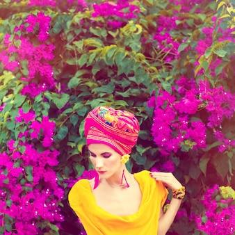 Zmysłowa orientalna dziewczyna w kwiatach
