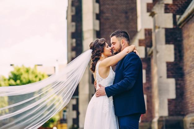 Zmysłowa para nowożeńców dotykających nosa
