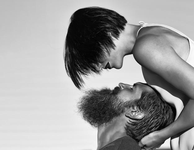Zmysłowa para piękna brunetka kobieta i brodaty mężczyzna