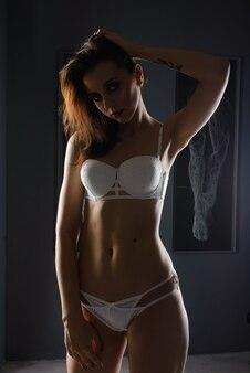 Zmysłowa seksowna kobieta w koronkowej bieliźnie