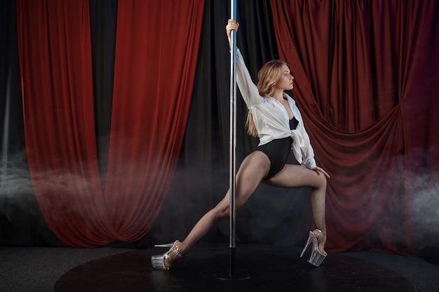 Zmysłowa tancerka w bieliźnie, taniec na rurze, striptiz tancerka. atrakcyjna striptizerka, taniec erotyczny, występy poledance, gorąca dziewczyna tańcząca w klubie ze striptizem