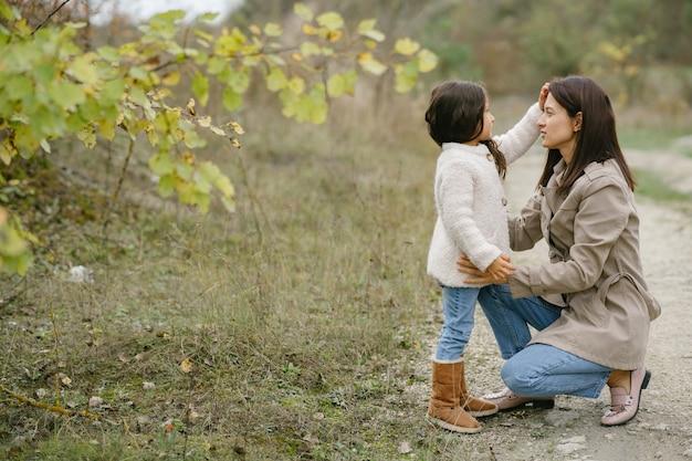 Zmysłowe zdjęcie. śliczna mała dziewczynka. ludzie wychodzą na zewnątrz. kobieta w brązowym płaszczu.