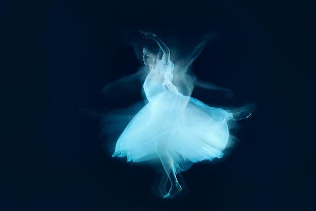 Zmysłowy i emocjonalny taniec pięknej baletnicy przez zasłonę