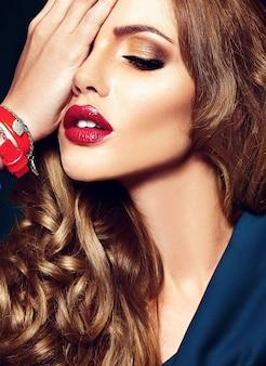 Zmysłowy portret glamour modelki pięknej kobiety z codziennym makijażem z czerwonym kolorem ust i czystą zdrową skórą