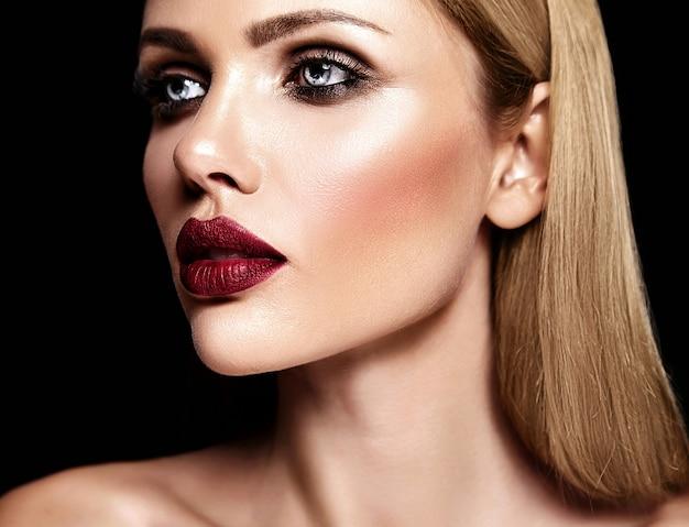 Zmysłowy portret glamour pięknej blond kobiety modelki z codziennym makijażem o fioletowym kolorze ust i czystej zdrowej skórze