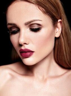 Zmysłowy portret glamour pięknej blond kobiety modelki ze świeżym, codziennym makijażem o kolorze nagich ust i czystej zdrowej skórze