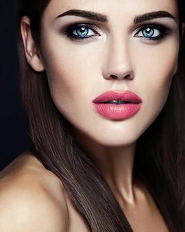 Zmysłowy portret glamour pięknej kobiety modelki z codziennym makijażem o różowym kolorze ust i czystej, zdrowej twarzy