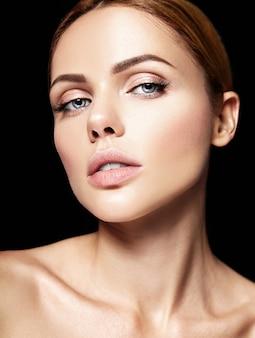 Zmysłowy portret glamour pięknej modelki bez makijażu i czystej zdrowej skóry na czarno