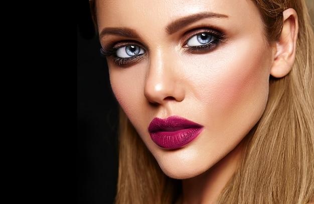 Zmysłowy portret glamour pięknej modelki z codziennym makijażem o ciemnoróżowych ustach i czystej, zdrowej twarzy
