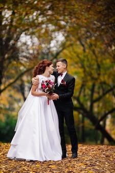 Zmysłowy portret młodej pary. fotografia ślubna na zewnątrz