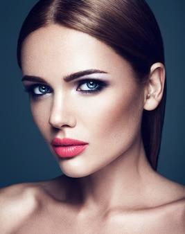 Zmysłowy portret pięknej kobiety modelki z codziennym makijażem z różowymi ustami i czystą, zdrową skórę twarzy