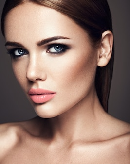 Zmysłowy portret pięknej kobiety modelki ze świeżym, codziennym makijażem z kolorem nagich ust i czystą, zdrową skórę twarzy
