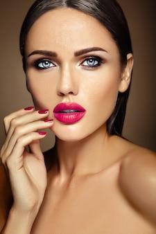 Zmysłowy seksowny ciepły portret pięknej kobiety modelki z codziennym makijażem z różowymi ustami i czystą, zdrową skórę twarzy