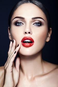 Zmysłowy seksowny portret pięknej kobiety modelki z czerwonymi ustami koloru i czystej zdrowej skóry twarzy