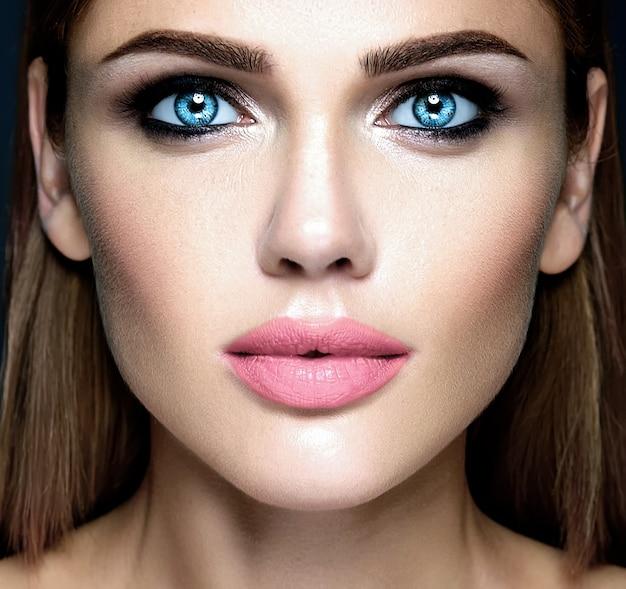 Zmysłowy seksowny portret pięknej kobiety modelki z świeżego makijażu na co dzień