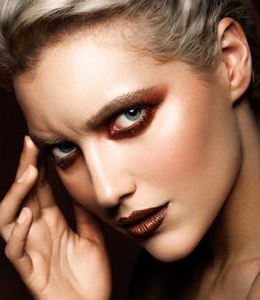 Zmysłowy seksowny portret pięknej kobiety modelu pani