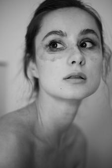 Zmywacz do makijażu naturalnego piękna kobieta autentyczna emocja