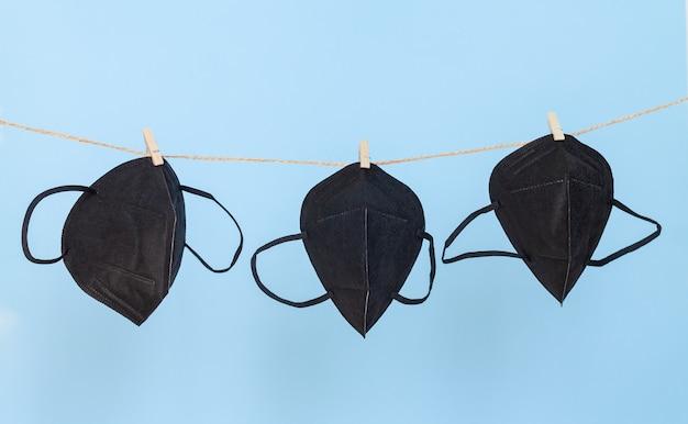 Zmywalne maski ochronne z czarnej tkaniny, używane do ochrony przed wirusami, zawieszane na sznurku