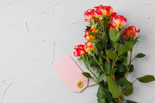 Znaczek z kwiatów i czystego papieru. wysyłanie kwiatów