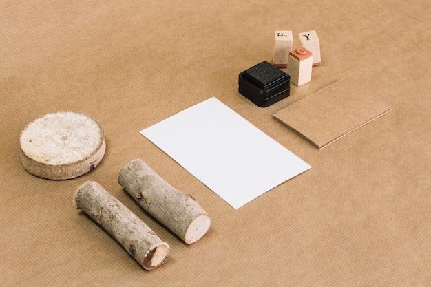 Znaczki i papier w pobliżu drewna