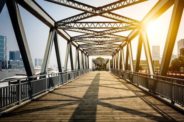 Znajduje się w szanghaju, sto lat temu, stalowy most.