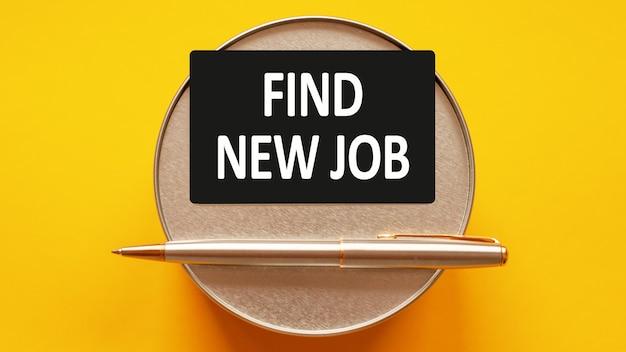Znajdź nową pracę - słowa piszące białe litery na kartce papieru