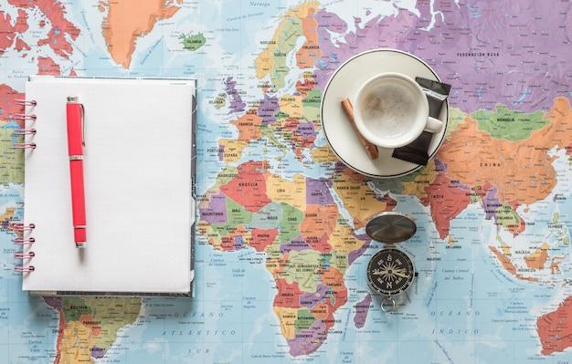 Znajdź Swoją Drogę. Zaplanuj I Ciesz Się Tworzeniem Trasy. Przygoda, Odkrywanie, Nawigacja, Komunikacja, Logistyka, Geografia, Transport I Podróż. Premium Zdjęcia