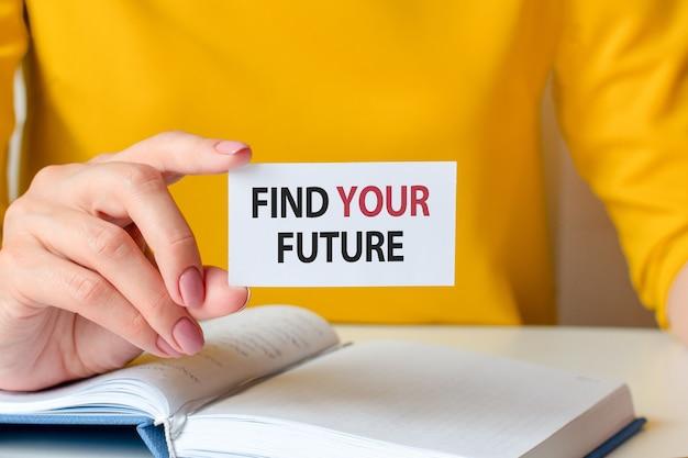 Znajdź swoją przyszłość jest zapisane na białej wizytówce trzymanej za rękę kobiety