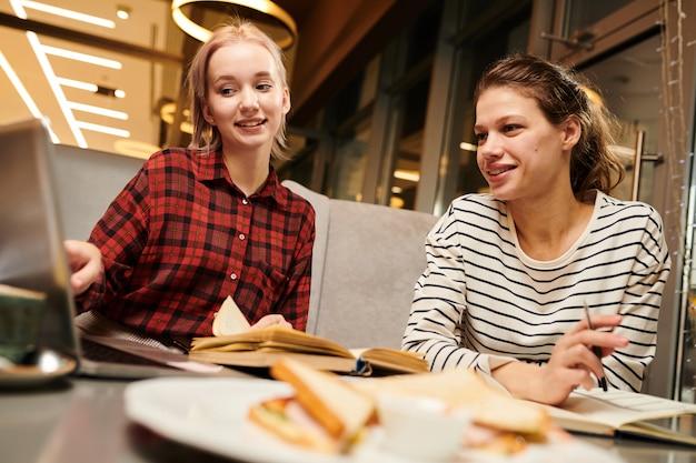 Znajomi prowadzą rozmowę online