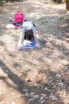 Znajomi relaks w parku podczas ćwiczeń rozgrzewka