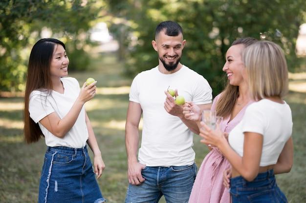 Znajomi rozmawiający na zewnątrz po koronawirusie