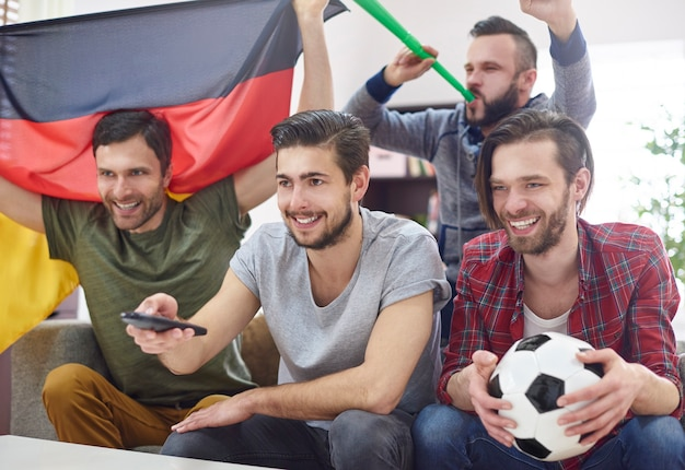 Znajomi spotkali się, aby obejrzeć mecz w telewizji