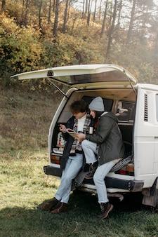Znajomi sprawdzający mapę podczas podróży samochodowej